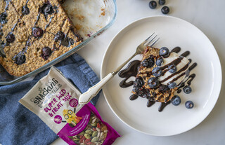 <p>Serve with a spoon of white yogurt, drizzled with homemade chocolate sauce or maple syrup.</p><p>This baked oatmeal tastes great both warm and cold</p>